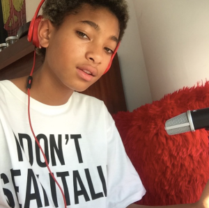 Willow Smith, Miley Cyrus en Tee shirt Moschino